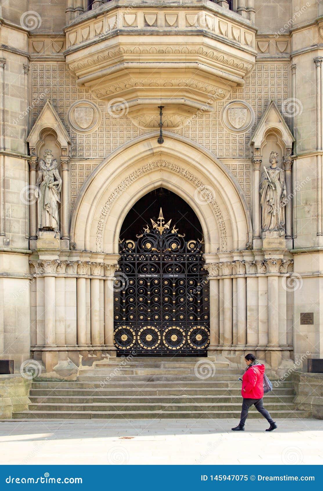 O esplendor ornamentado da porta à câmara municipal vitoriano de Bradford