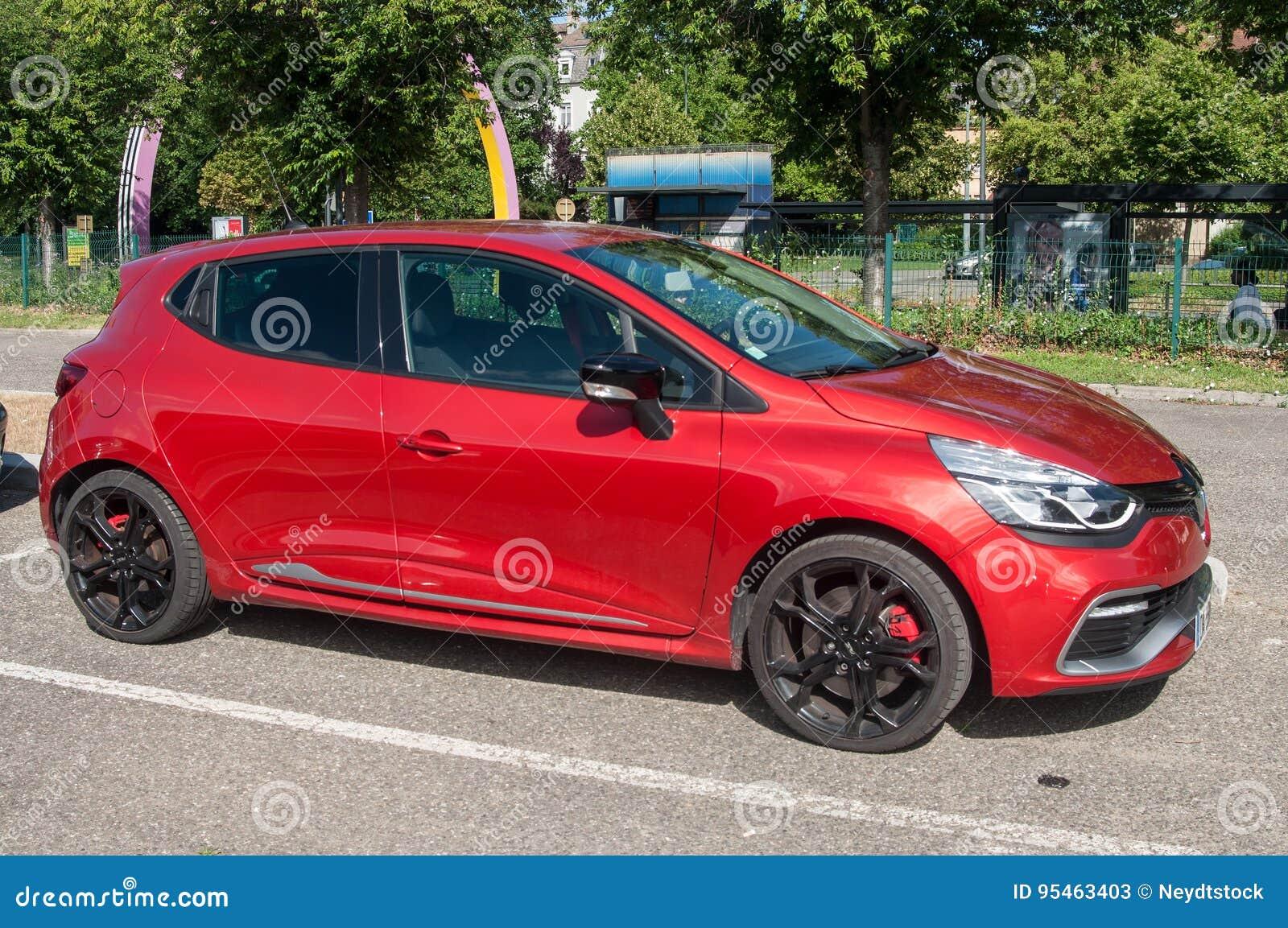 O Esporte Vermelho De Renault Clio Rs Estacionou Na Rua Foto De Stock Editorial Imagem De Clio Renault 95463403