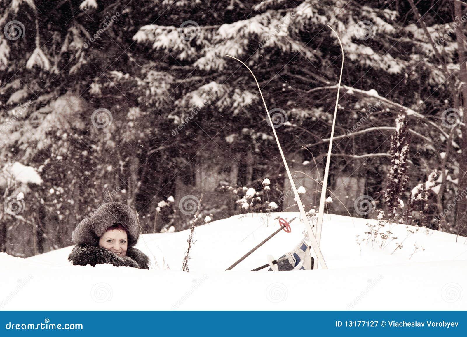 O esquiador em um snowdrift