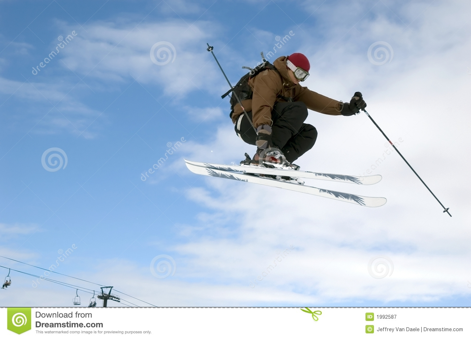 O esquiador que salta altamente no ar
