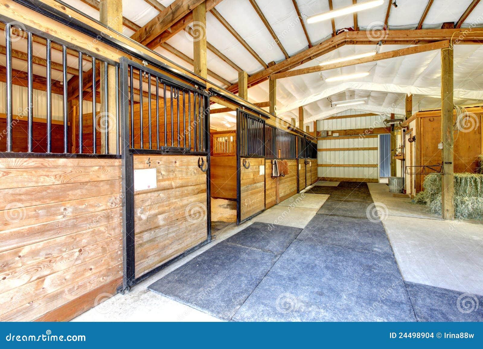 O estábulo da exploração agrícola do cavalo derramou o interior.
