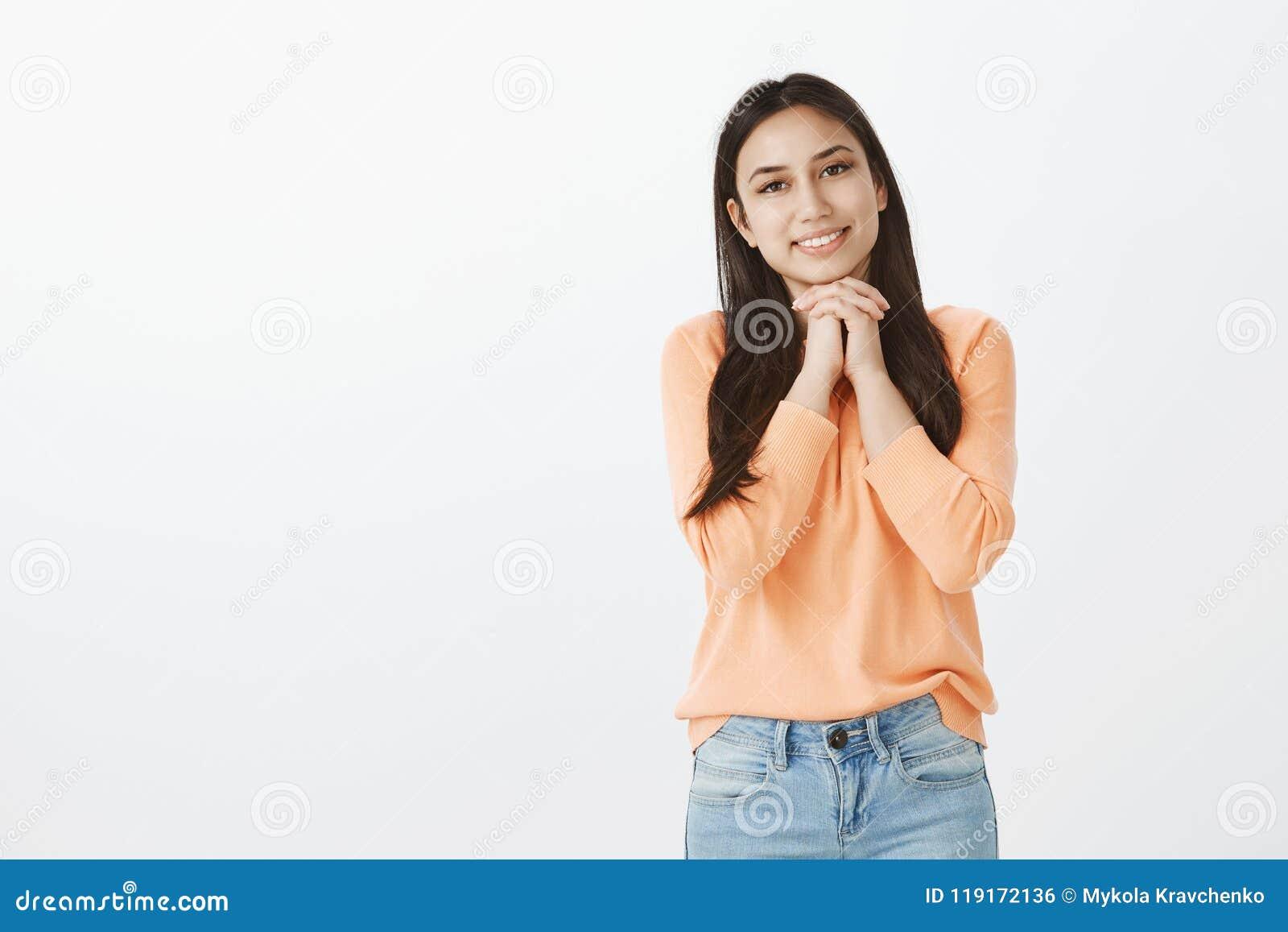 O estúdio disparou de importar-se a mulher atrativa no amor no equipamento ocasional, de manter as mãos unidas acima da caixa e d