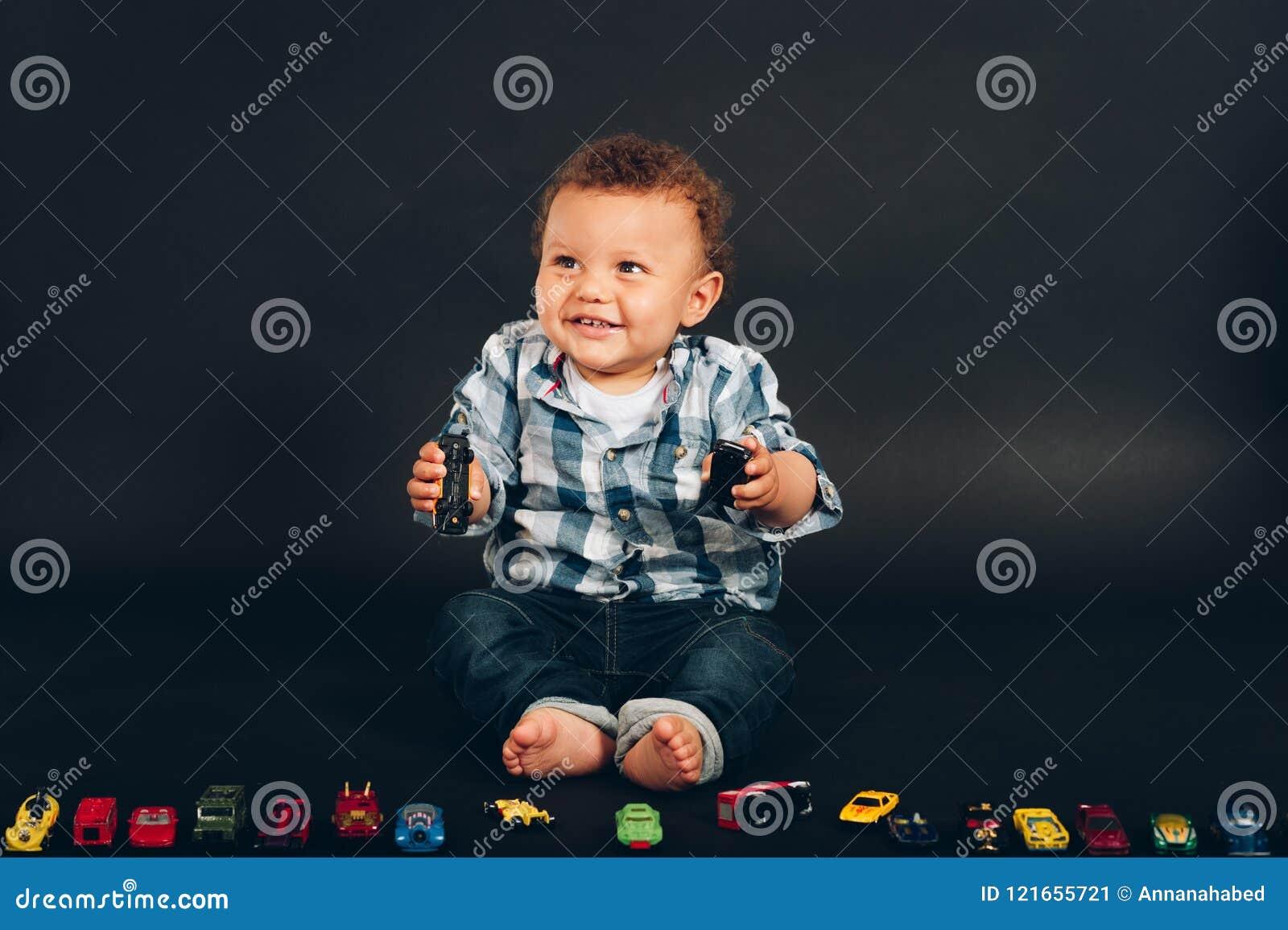 O estúdio disparou do bebê idoso do mês adorável do africano 9-12