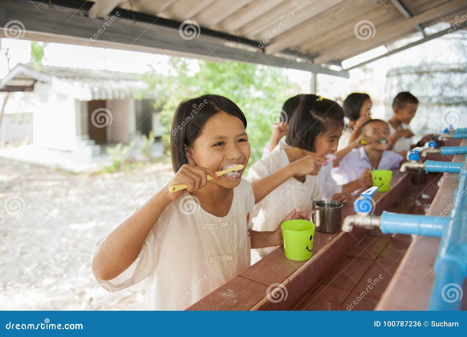 O estudante aprende escovar os dentes