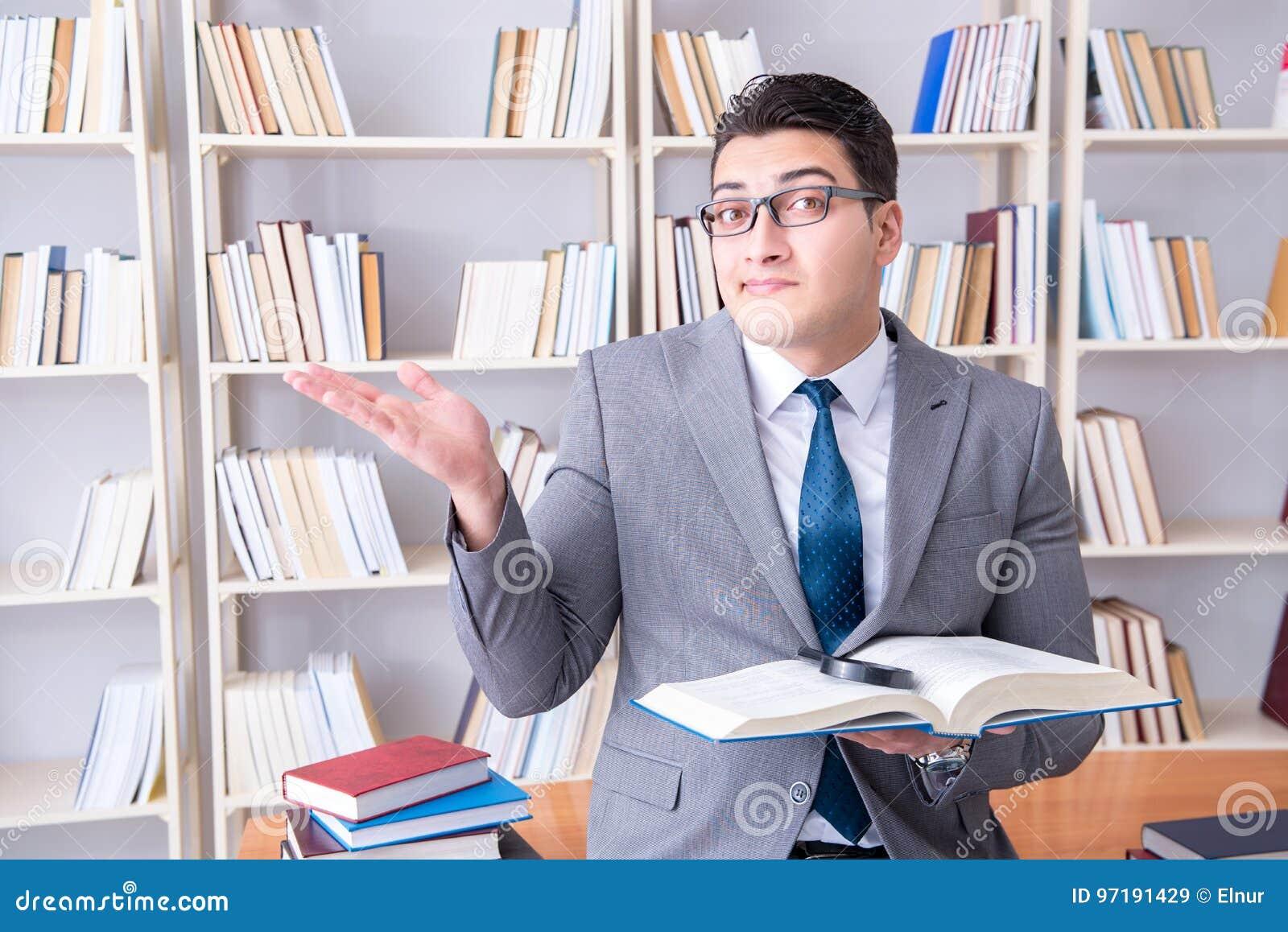 O estudante de direitos comerciais com lupa que lê um livro