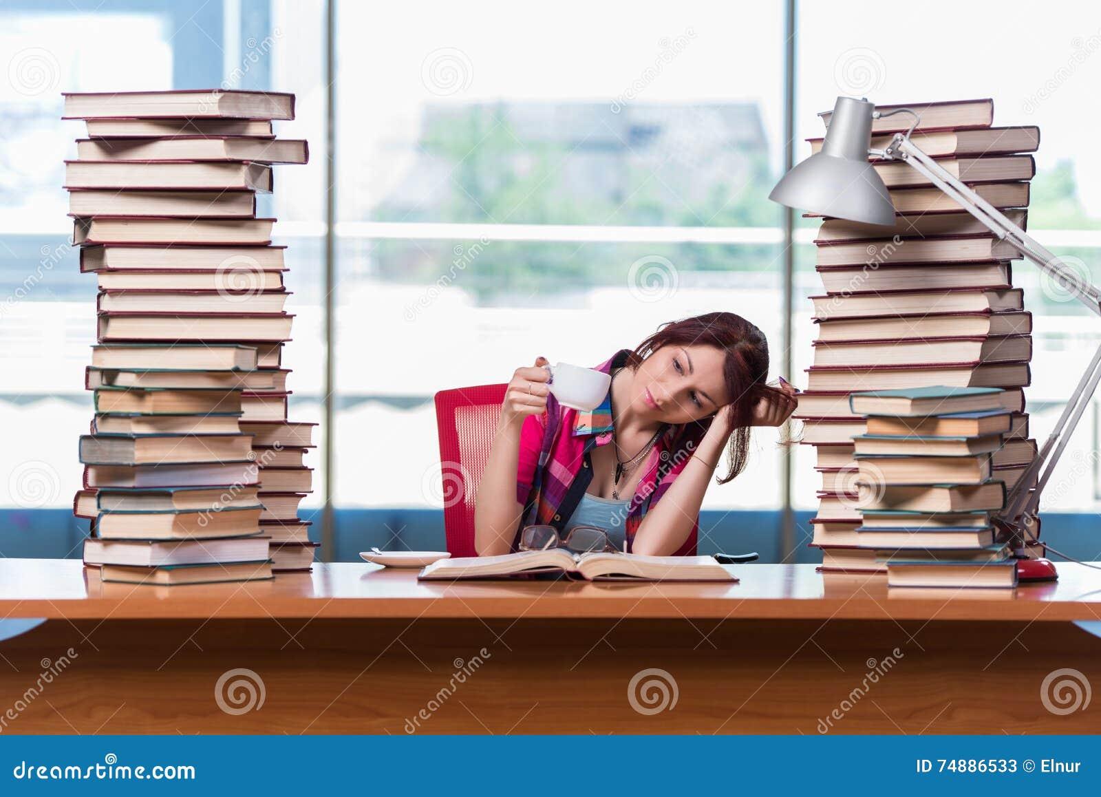 O estudante de jovem mulher que prepara-se para exames da faculdade