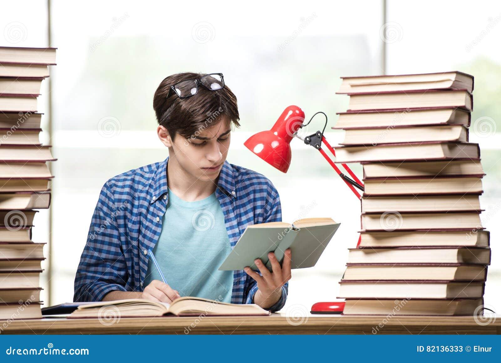 O estudante do homem novo que prepara-se para exames da faculdade