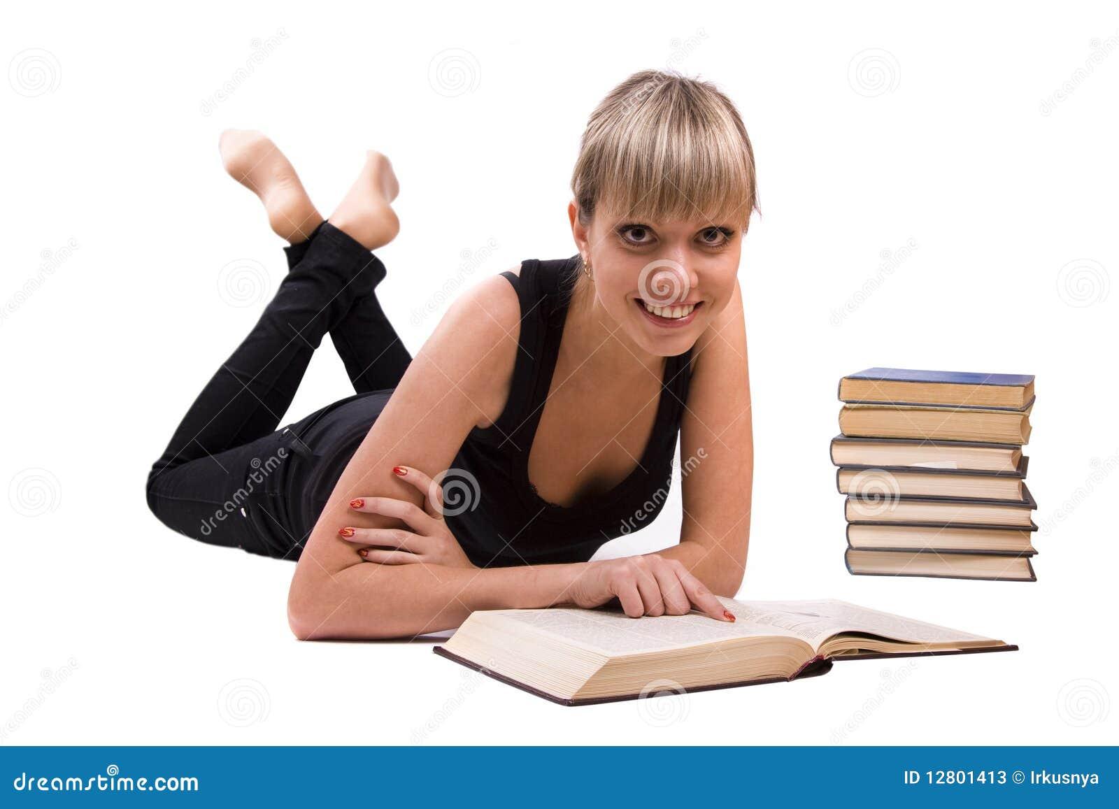 O estudante está encontrando-se e livro de leitura