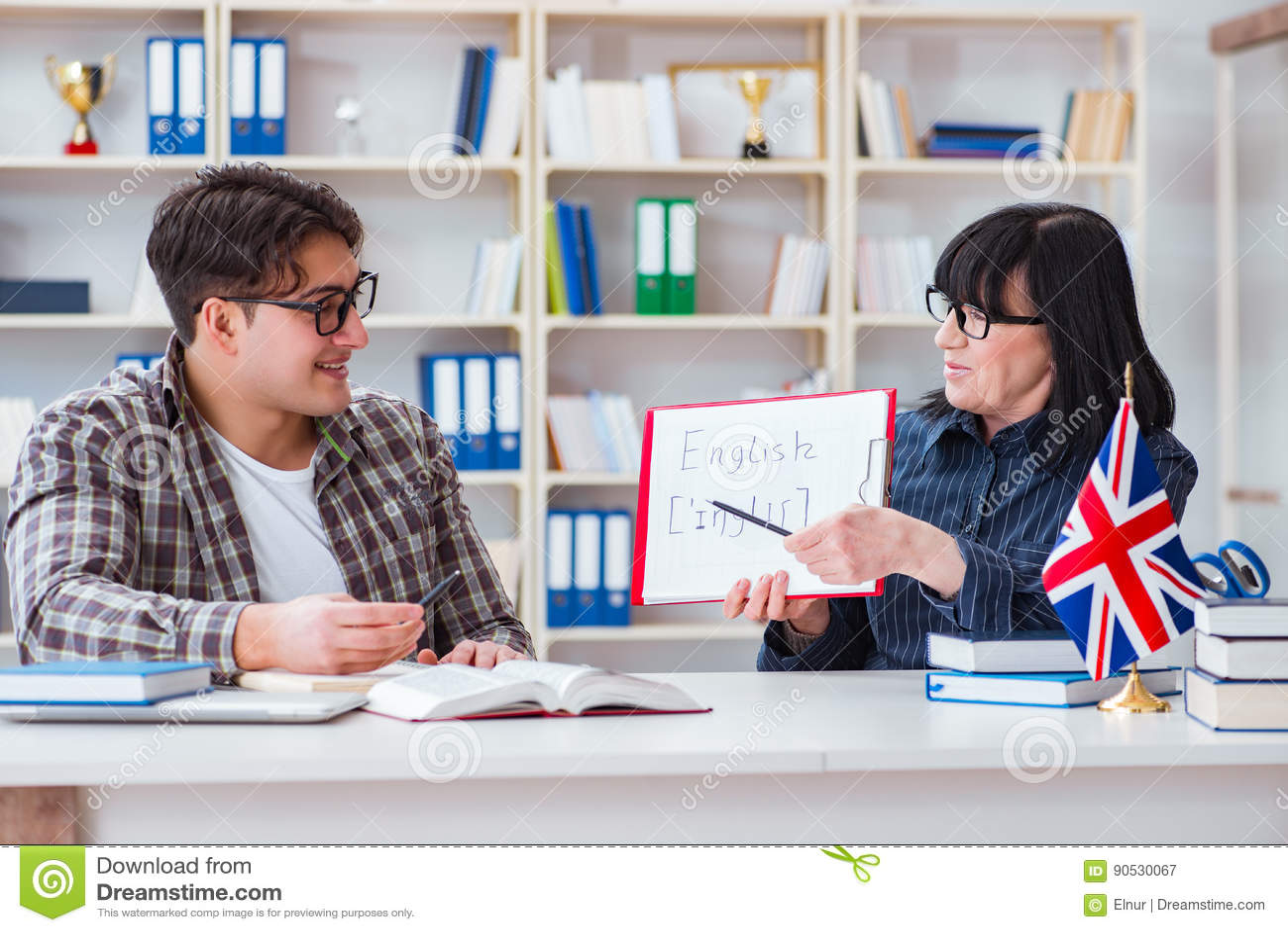 O estudante estrangeiro novo durante a lição de língua inglesa
