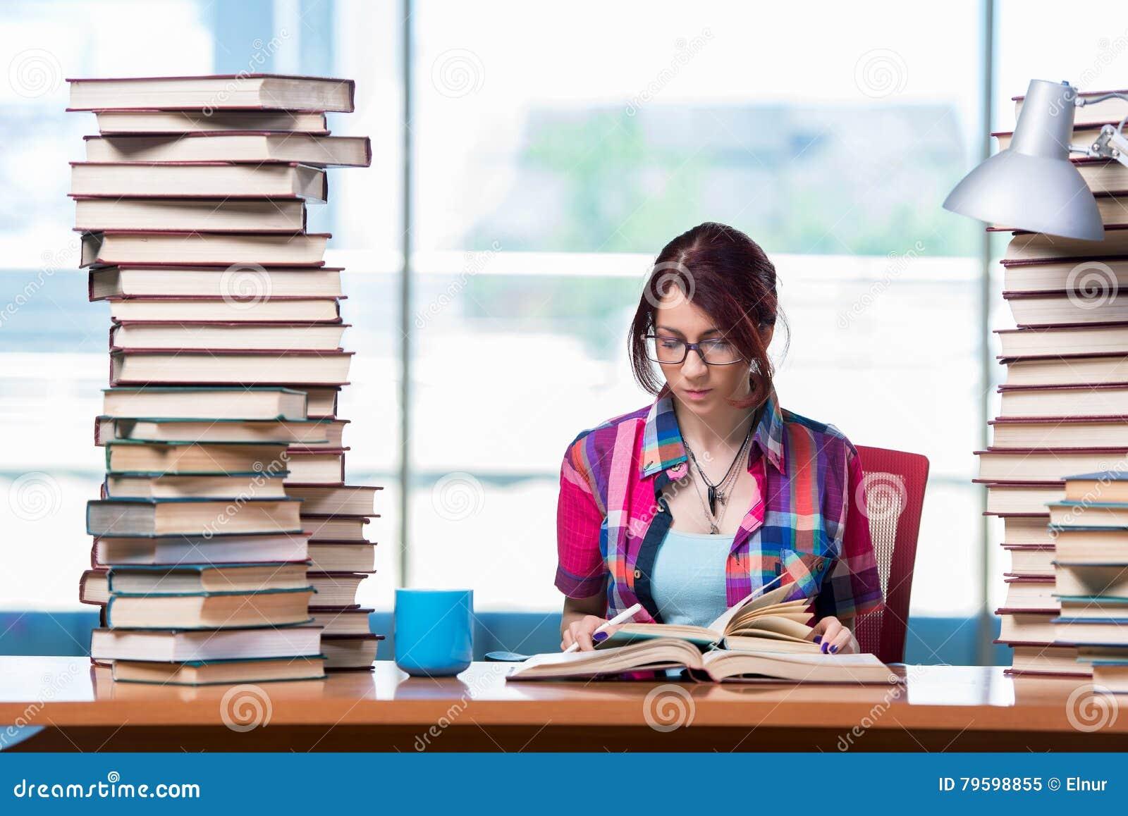 O estudante fêmea novo que prepara-se para exames