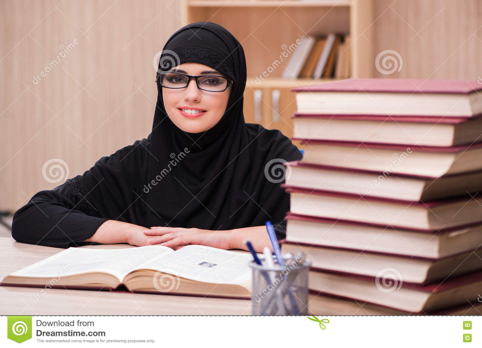 O estudante muçulmano da mulher que prepara-se para exames
