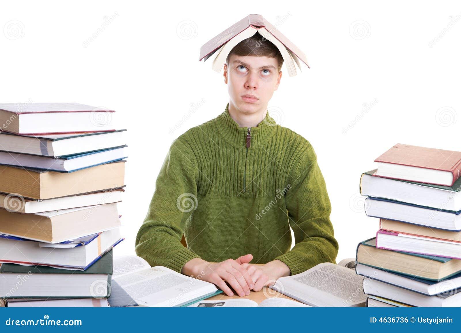 O estudante novo com os livros isolados em um branco