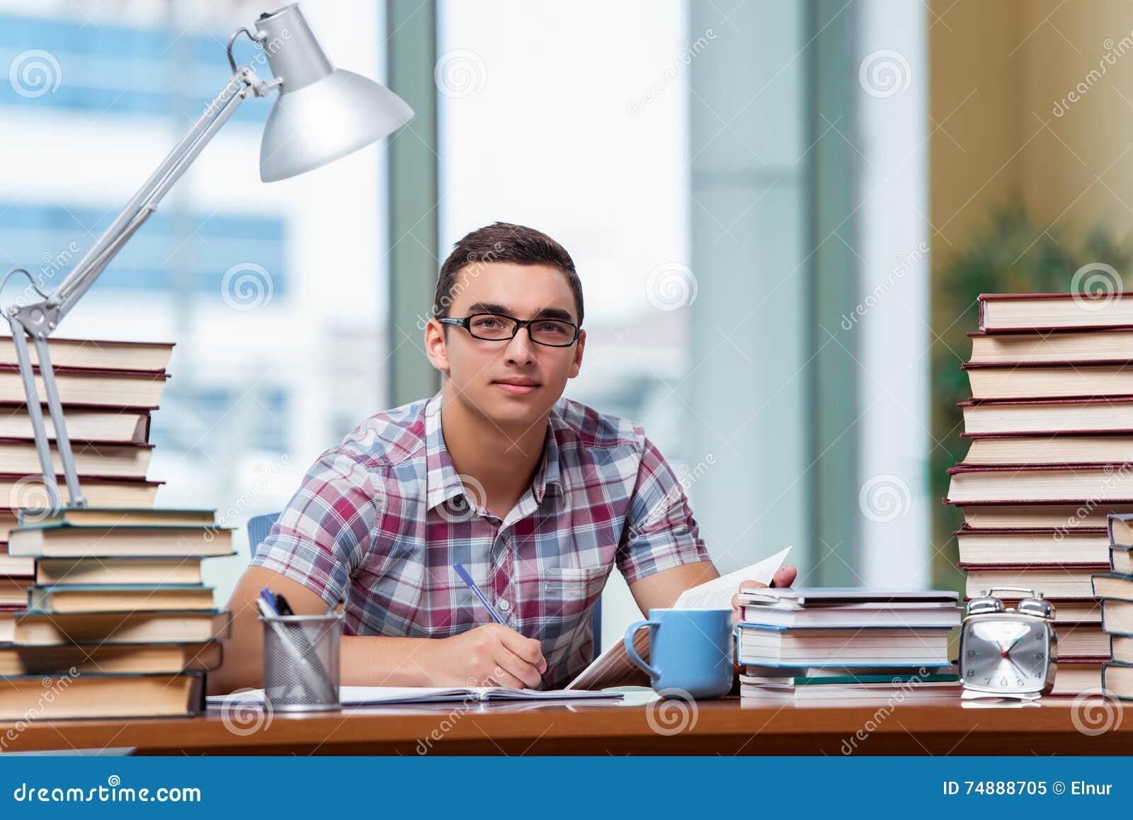 O estudante novo que prepara-se para exames da faculdade
