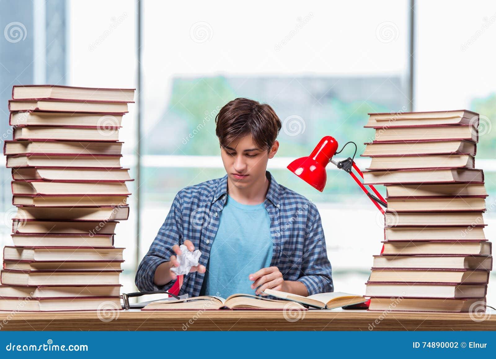 O estudante novo sob o esforço antes dos exames