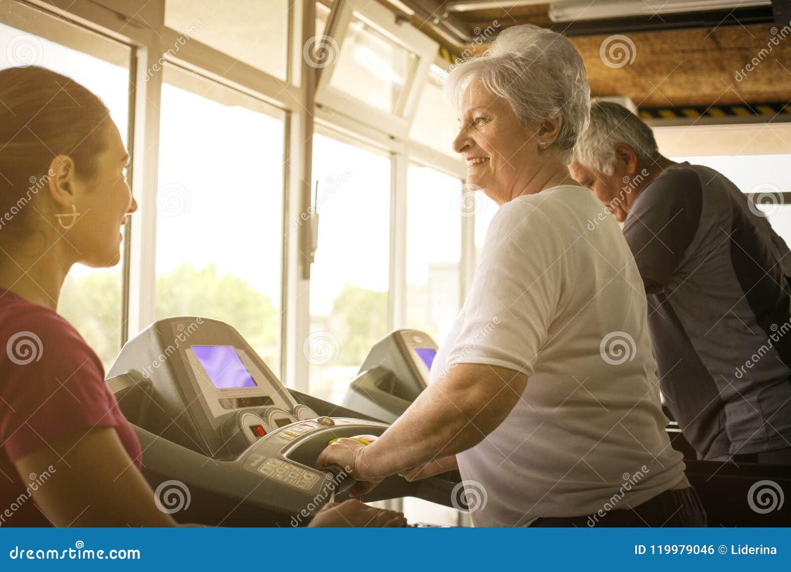 O exercício pessoal do instrutor ajuda pares idosos