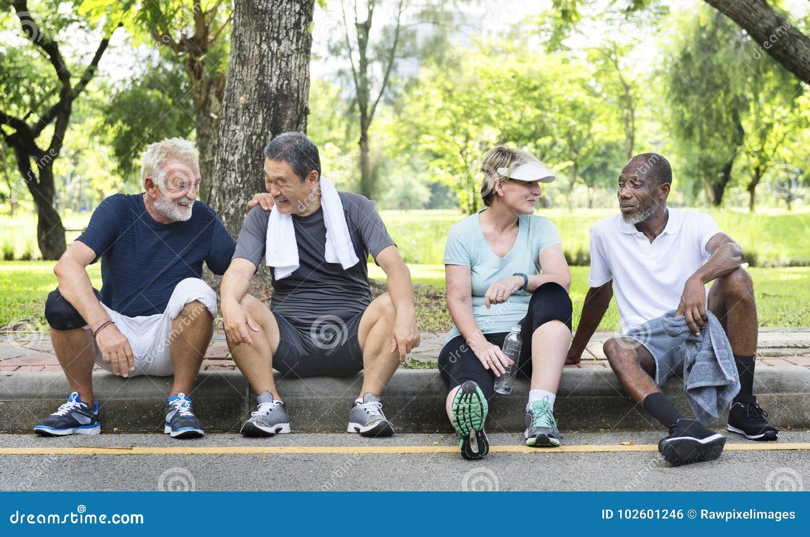 O exercício superior dos amigos do grupo relaxa o conceito