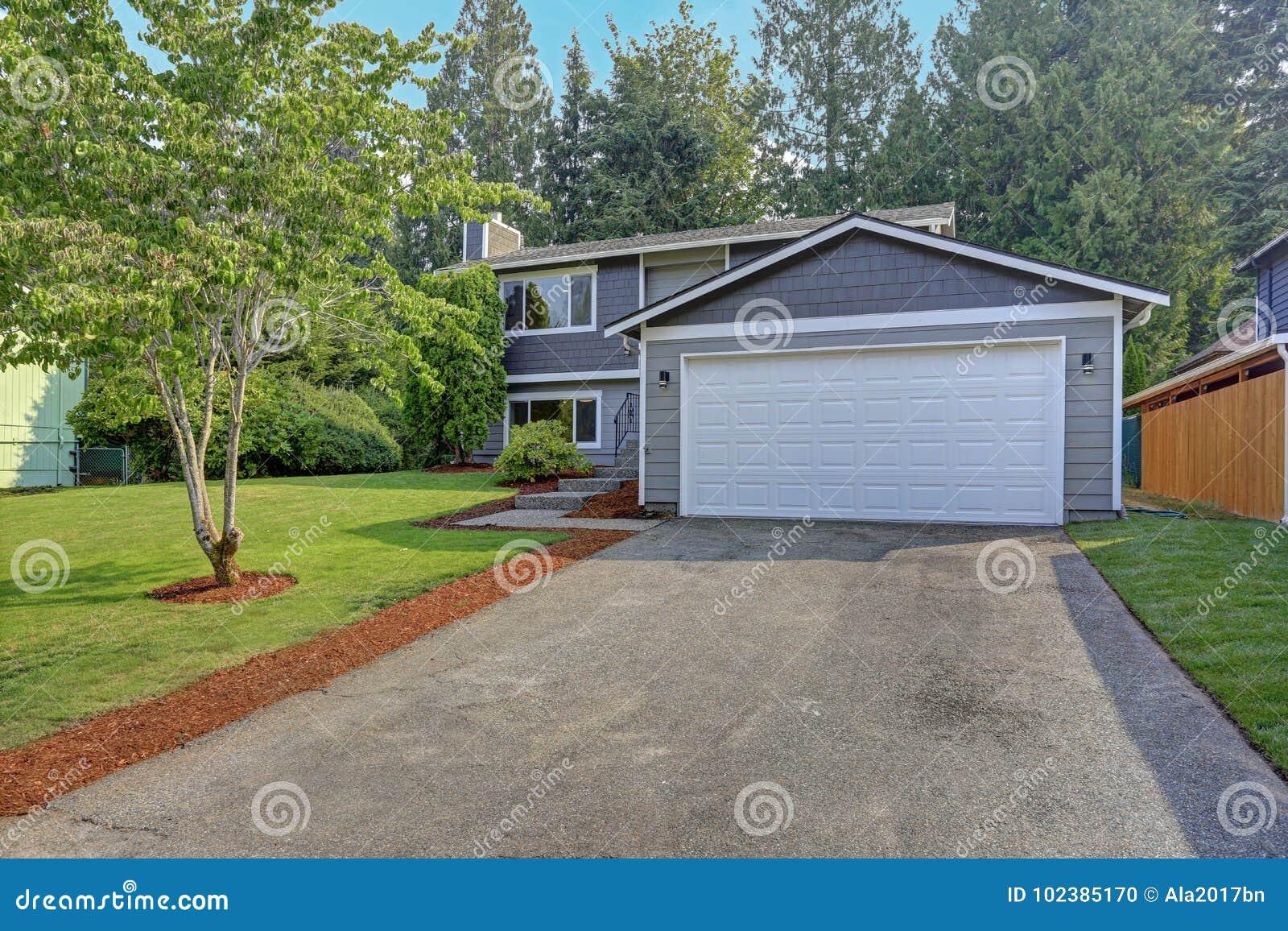 O exterior cinzento bonito da casa do passeador caracteriza o tapume cinzento