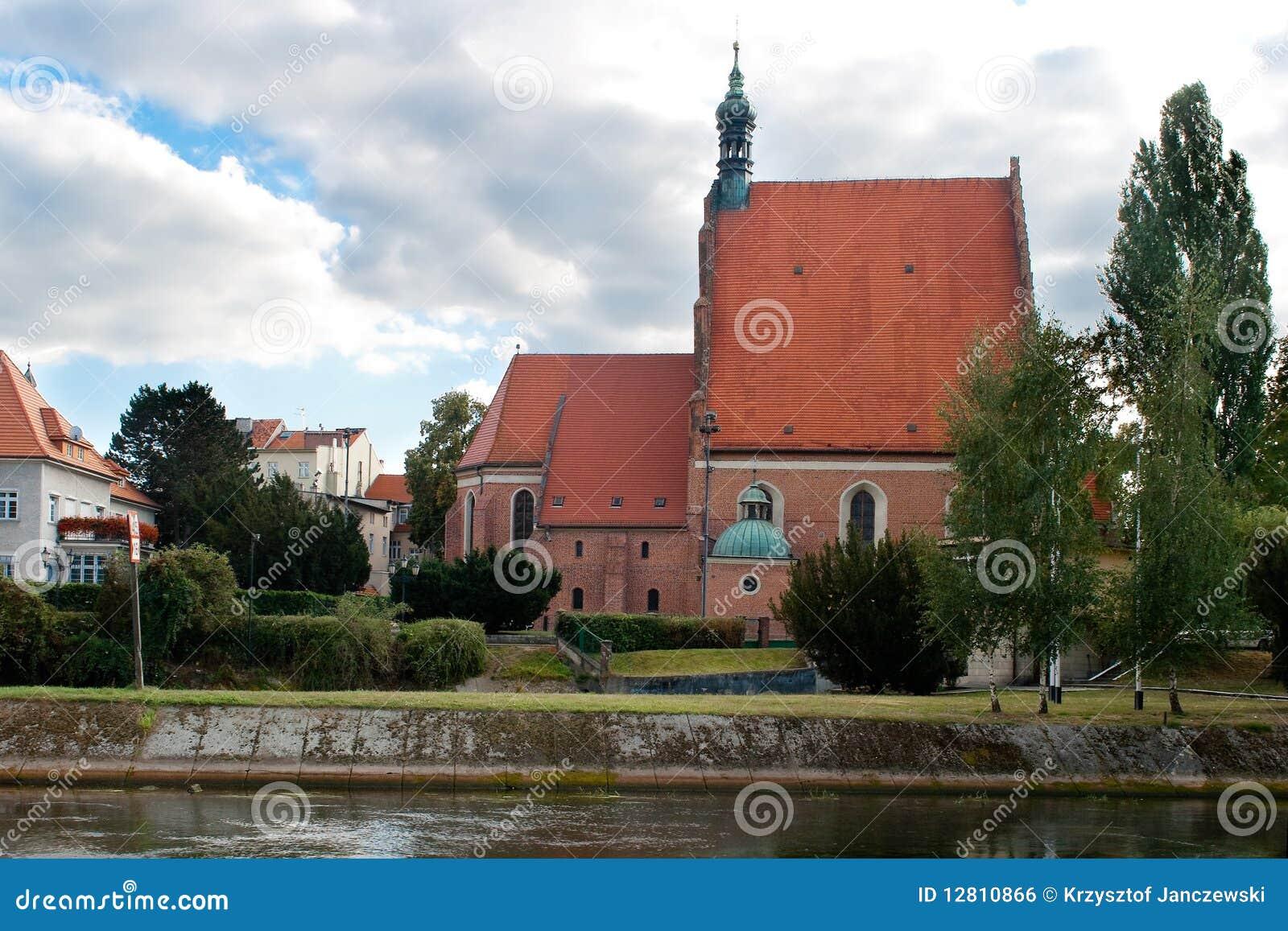 O exterior de uma igreja gótico, Poland.