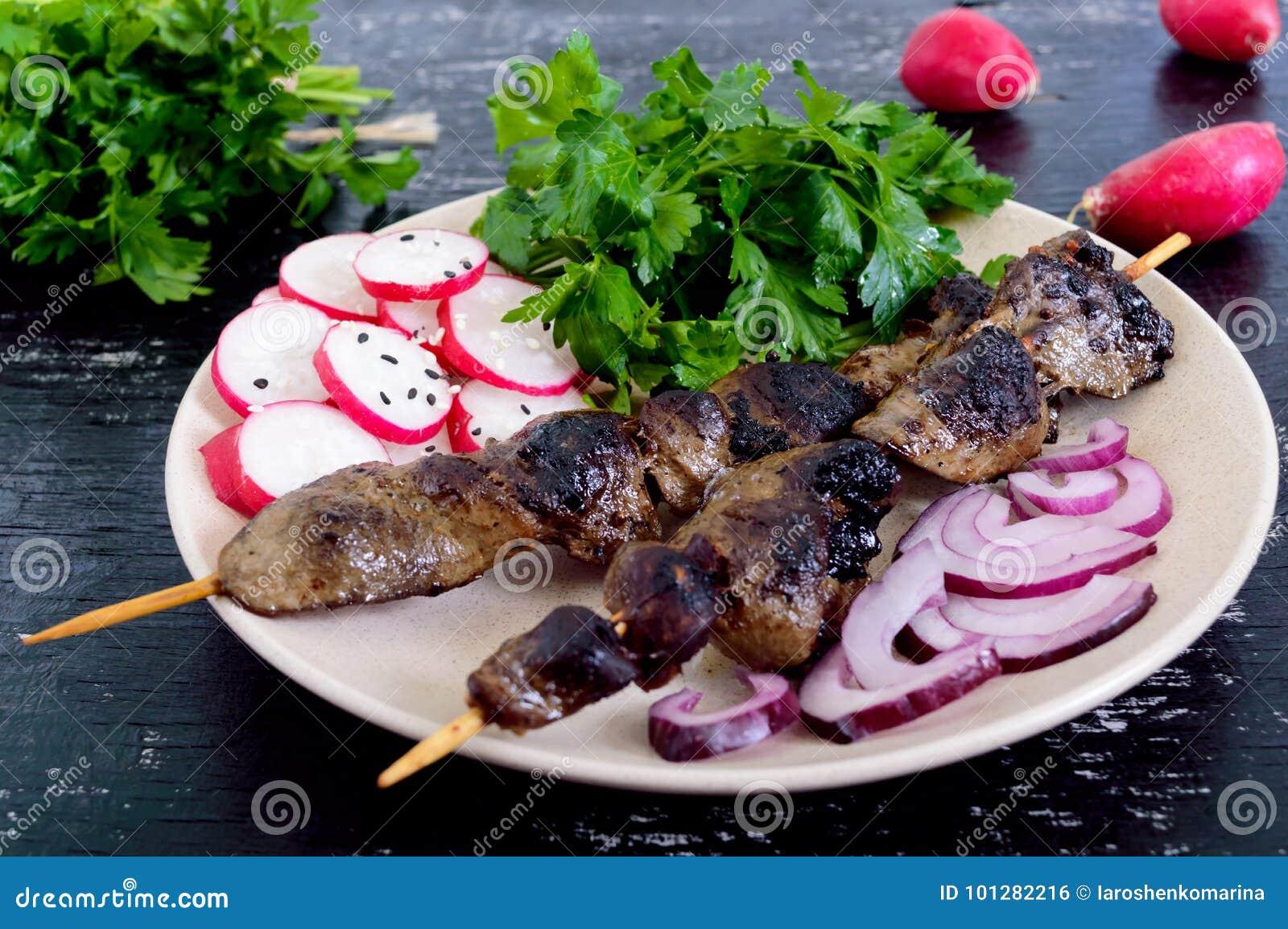 O fígado do coelho roasted em espetos e em salada do rabanete