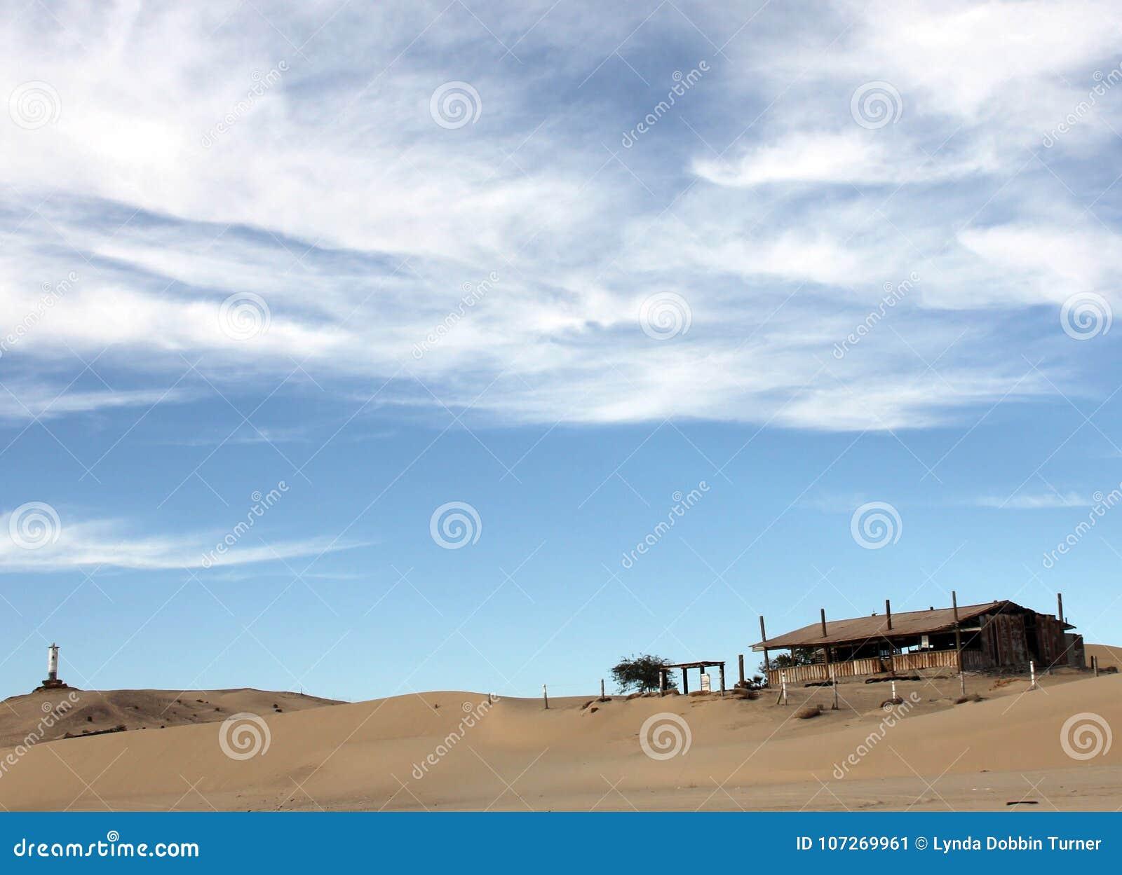O farol de desintegração arruina o alojamento abandonado na linha costeira de mar de Cortez perto do EL Golfo de Santa Clara, Son
