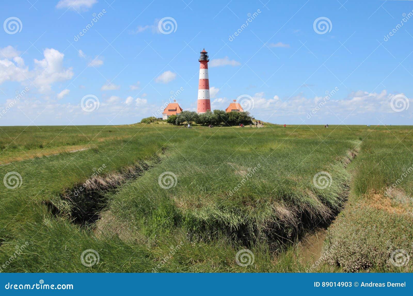O farol de Westerhever na costa de Schleswig-Holstein em Alemanha