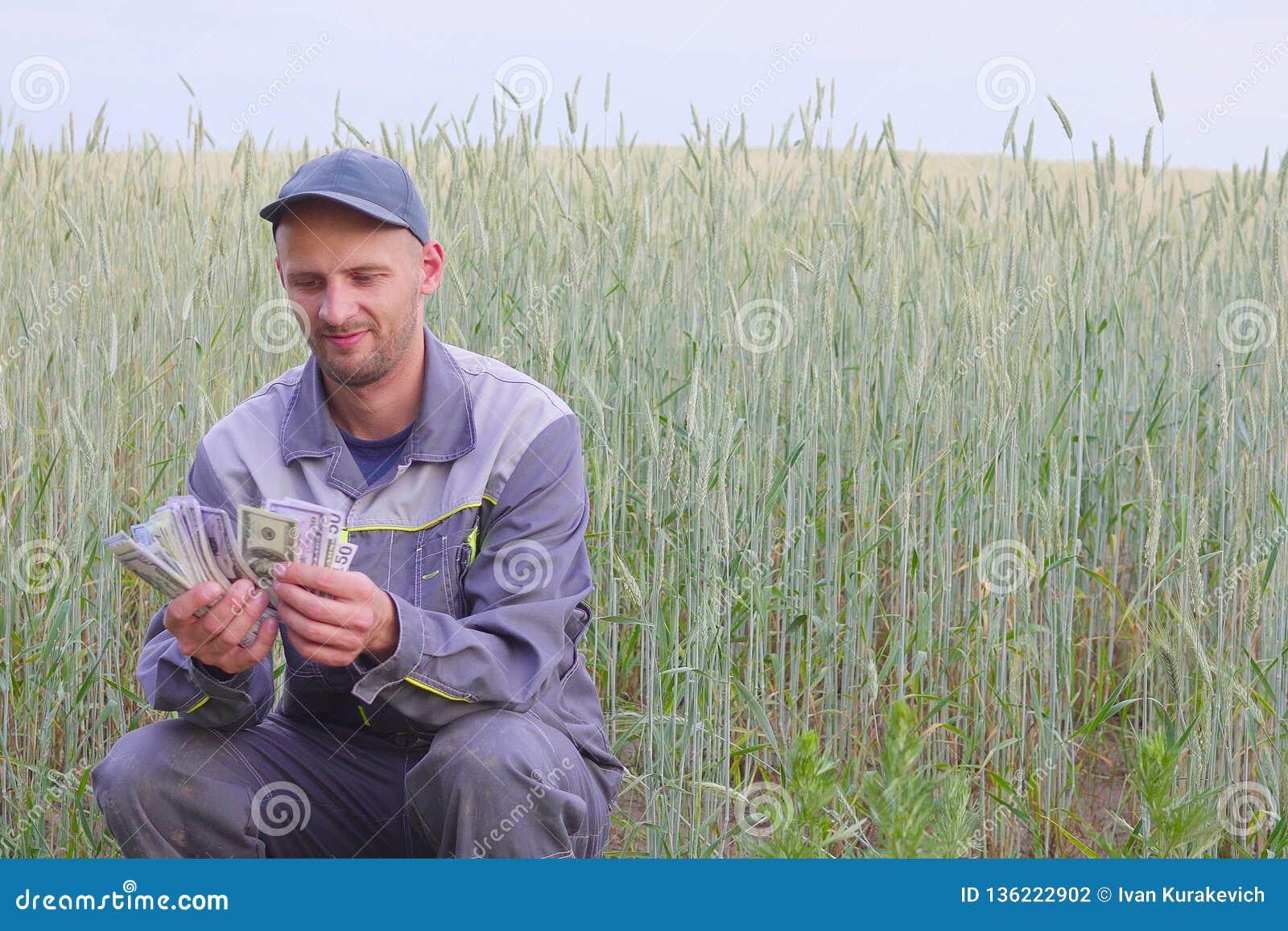 O fazendeiro novo tem muito dinheiro O conceito do sucesso do negócio na agricultura