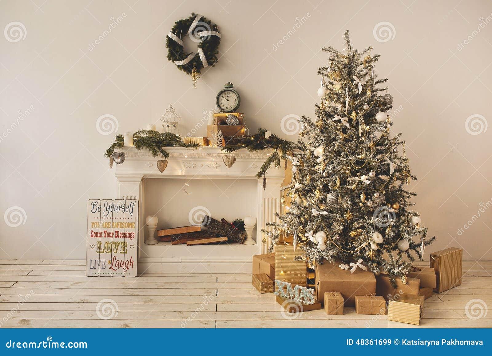 O feriado bonito decorou a sala com a árvore de Natal com presentes sob ele