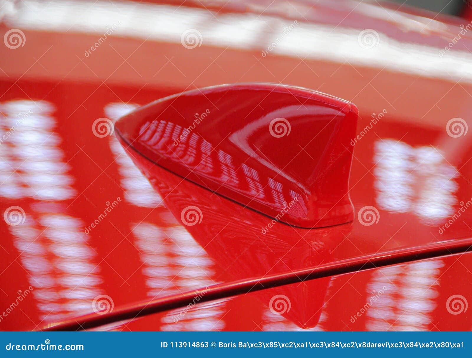 O fim acima da antena vermelha do telhado do carro