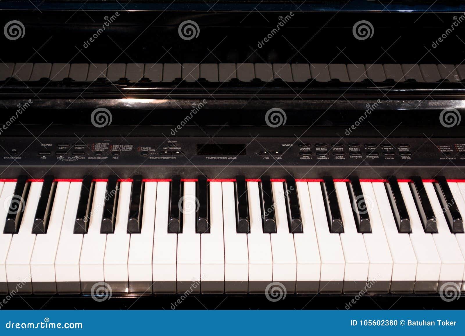 O fim acima de chaves eletrônicas do piano fecha a vista frontal