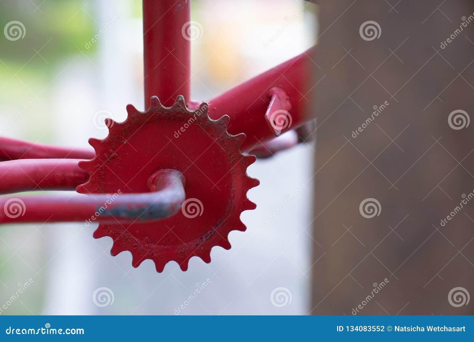O fim acima do vintage vermelho oxidado desce em roda livre da bicicleta