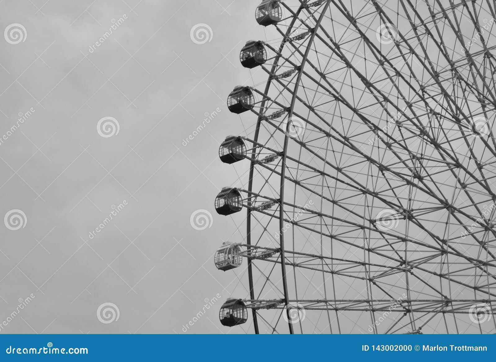 O fim preto e branco acima dos ferris enormes roda na cidade de Yokohama, Japão