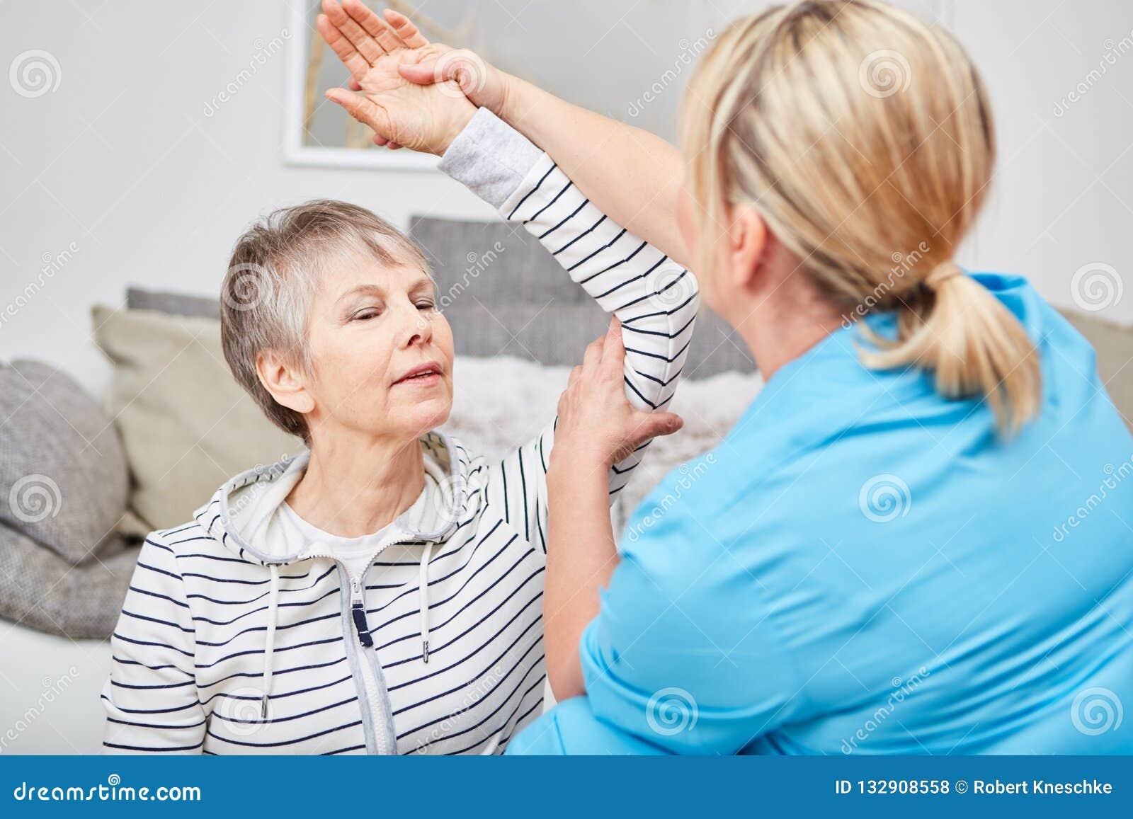 O fisioterapeuta faz o exercício da terapia ocupacional