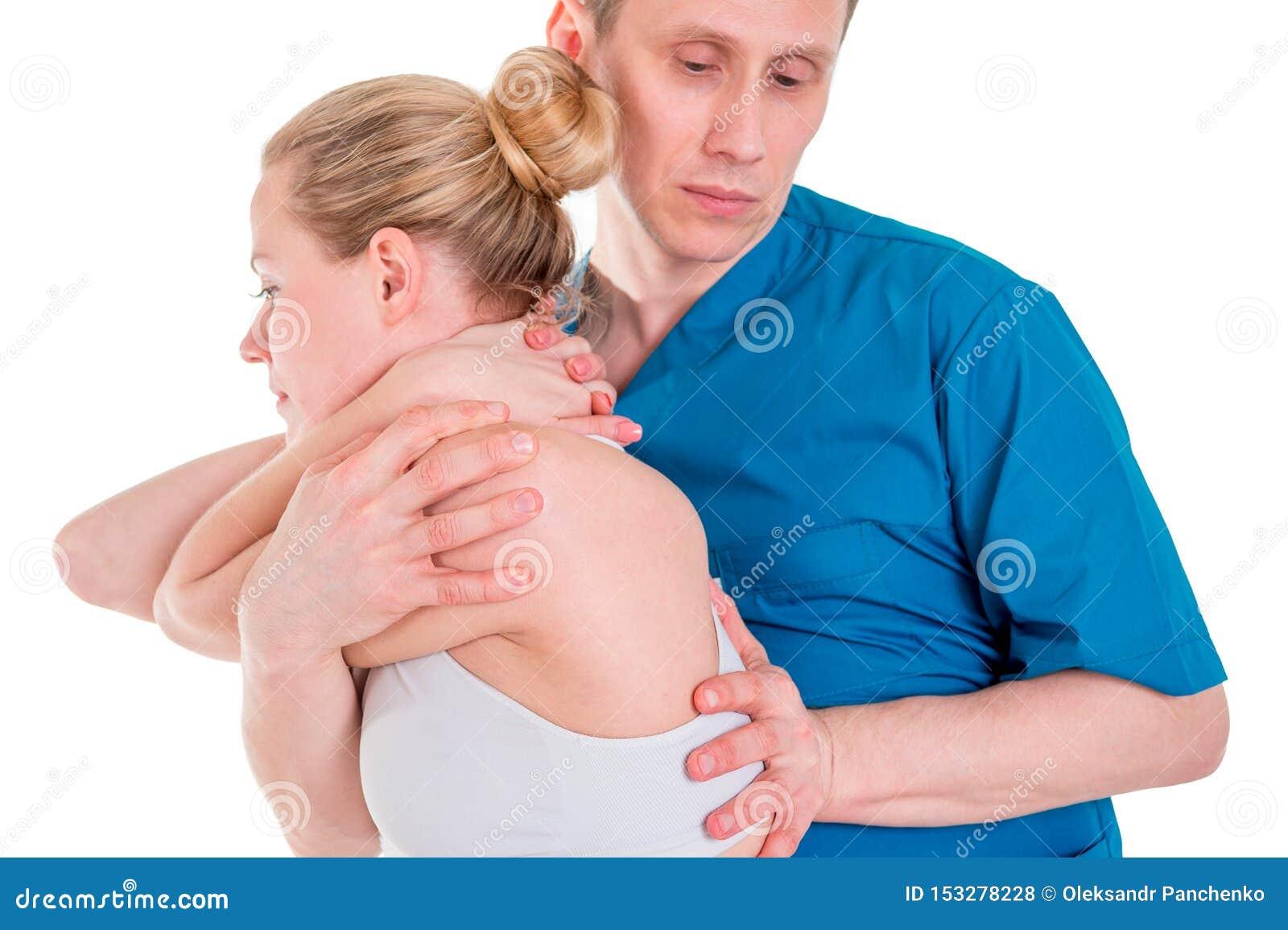 O fisioterapeuta que faz o tratamento da cura equipa sobre para trás Terapeuta que veste o uniforme azul osteopathy Ajuste da qui