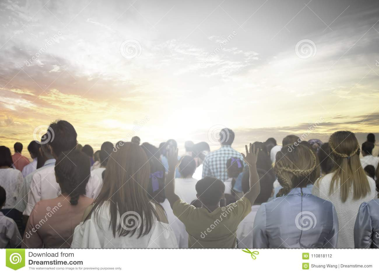 O foco macio das mãos cristãs do aumento do grupo dos povos adora acima o deus Jesus Christ junto na reunião de renascimento da i