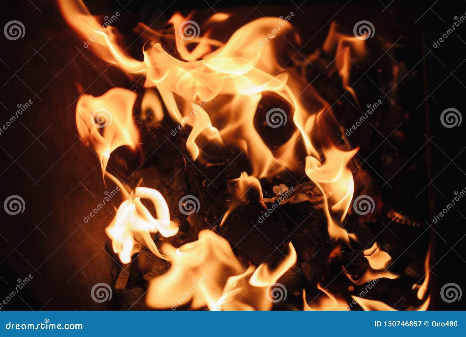 O fogo as chamas do fogo fecham-se acima
