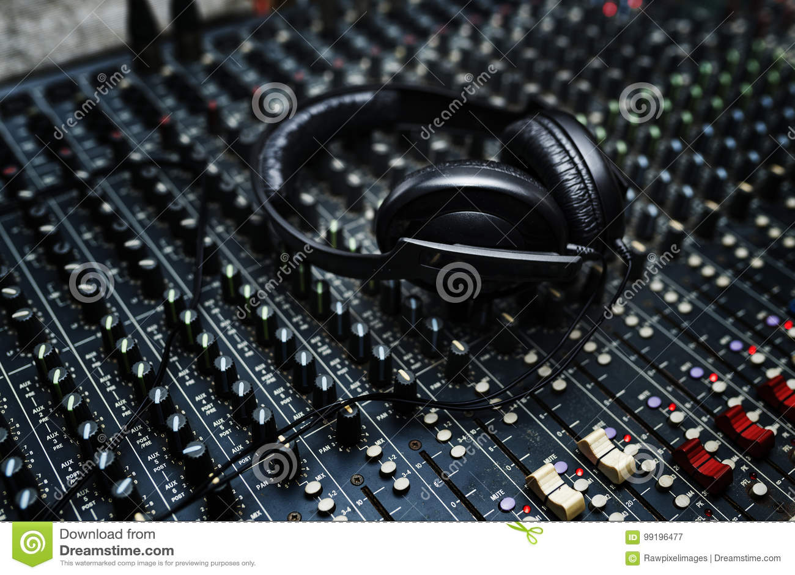 O fones de ouvido está na estação do DJ do entretenimento do equipamento do misturador
