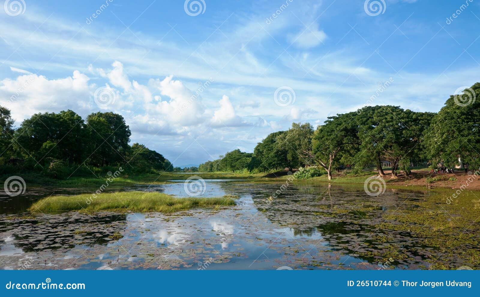 O fosso em torno do templo de Banteay Chhmar em Cambodia