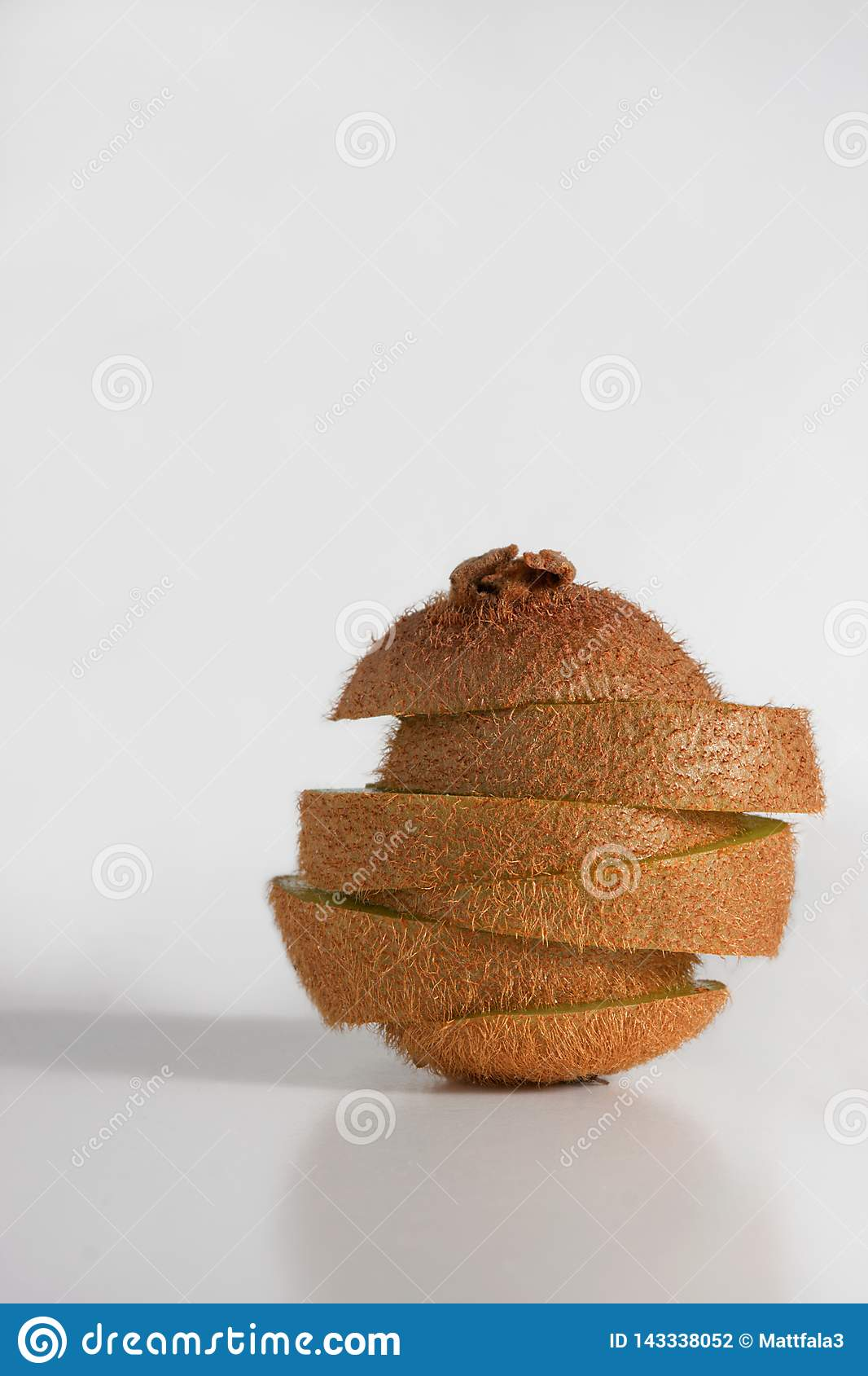 O fruto de quivi está caindo distante