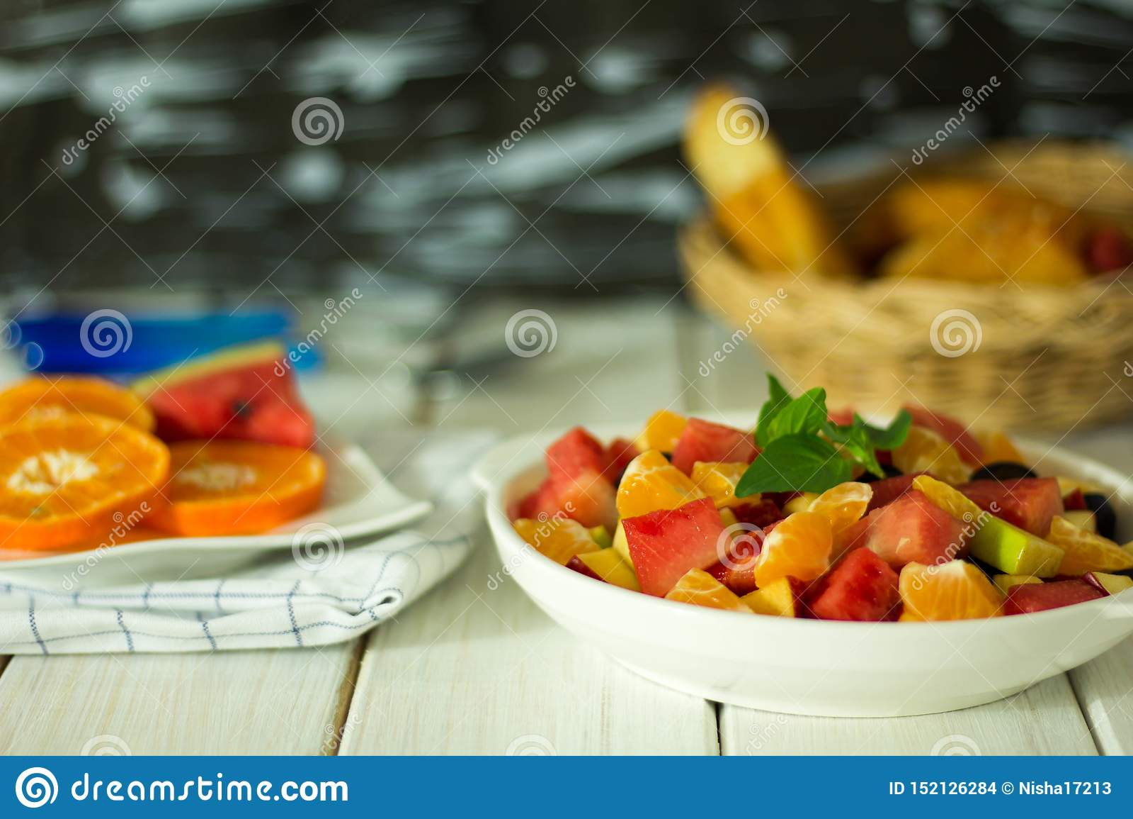 O fruto e a salada do vegetabld são colocados na placa