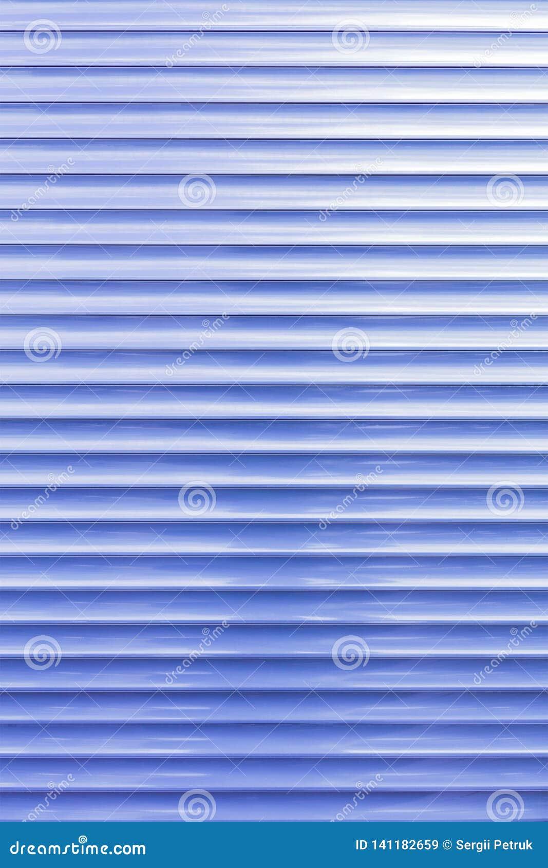 O fundo e a textura das cortinas do metal são claros - azul na cor
