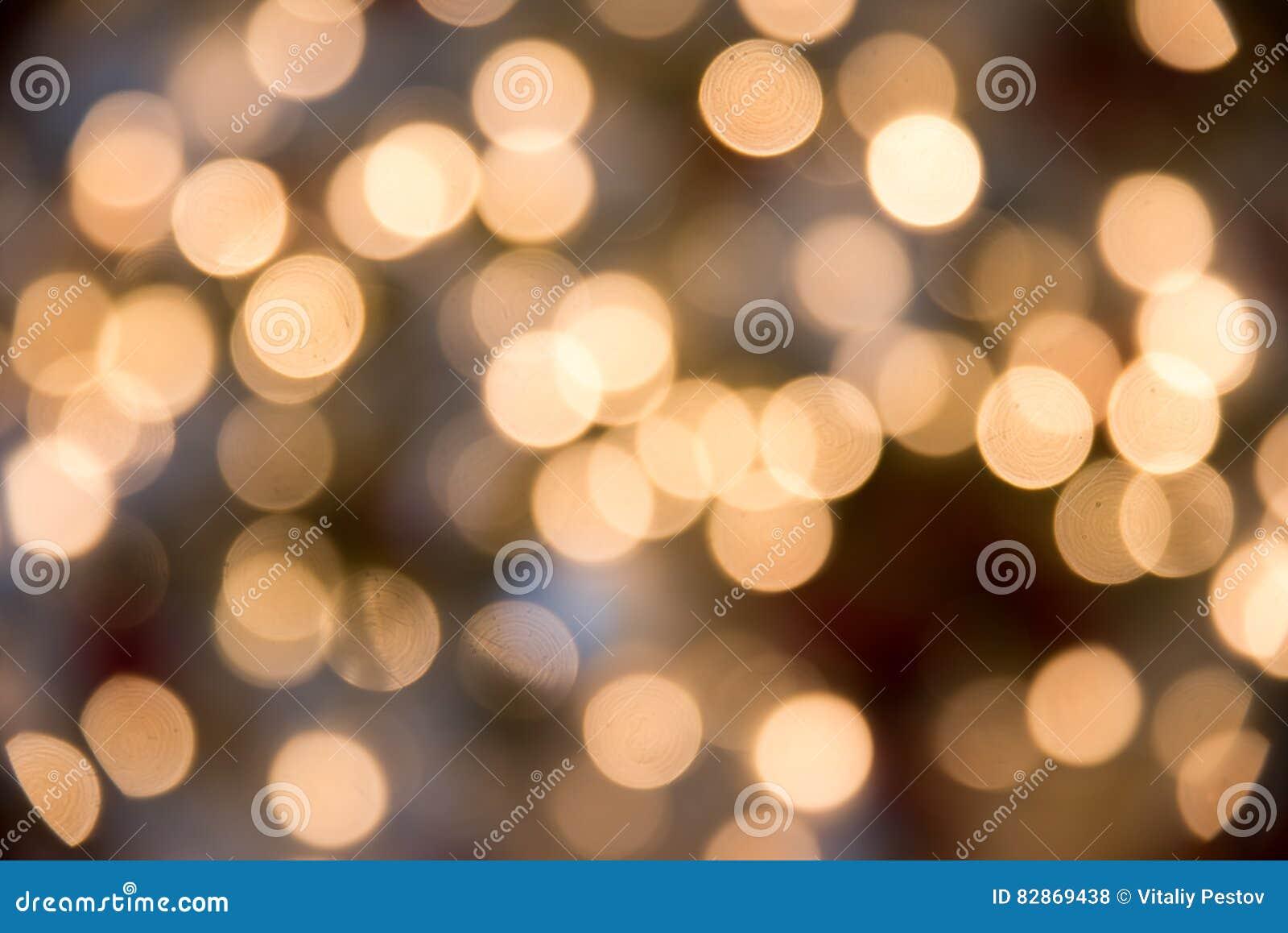O fundo festivo de Novo-ano com bokeh da árvore de Natal ilumina a incandescência Círculos coloridos borrados no feriado claro