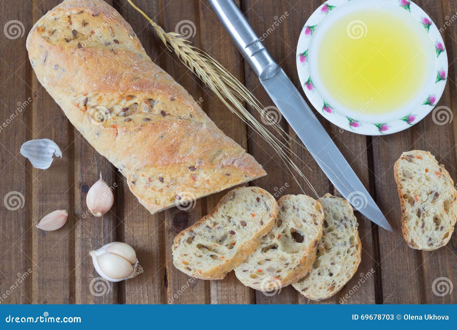 O galho da faca de pão, do óleo vegetal, do alho e da cevada