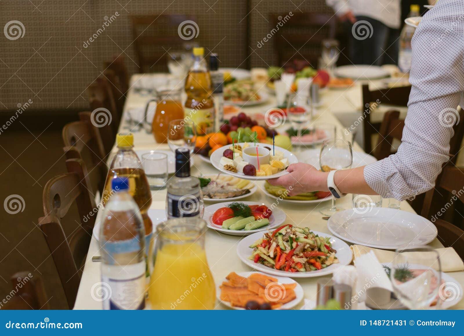 O gar?om leva pratos no festival