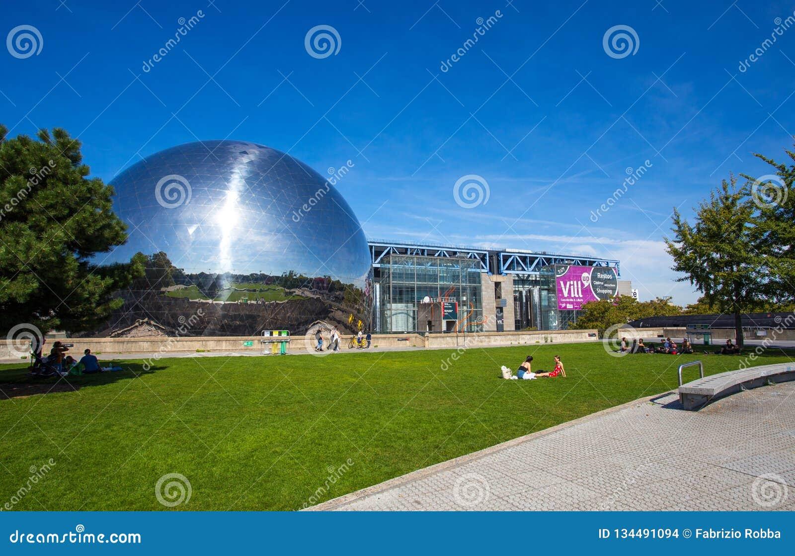 O geode na cidade da ciência e da indústria no parque de Villette, Paris, França