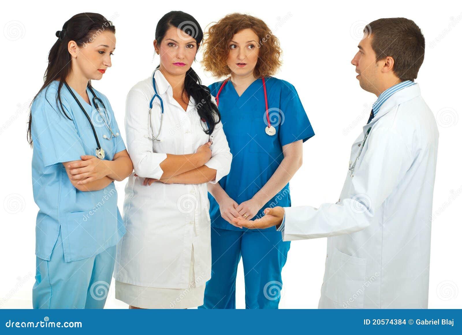 O gerente do hospital discute com os doutores