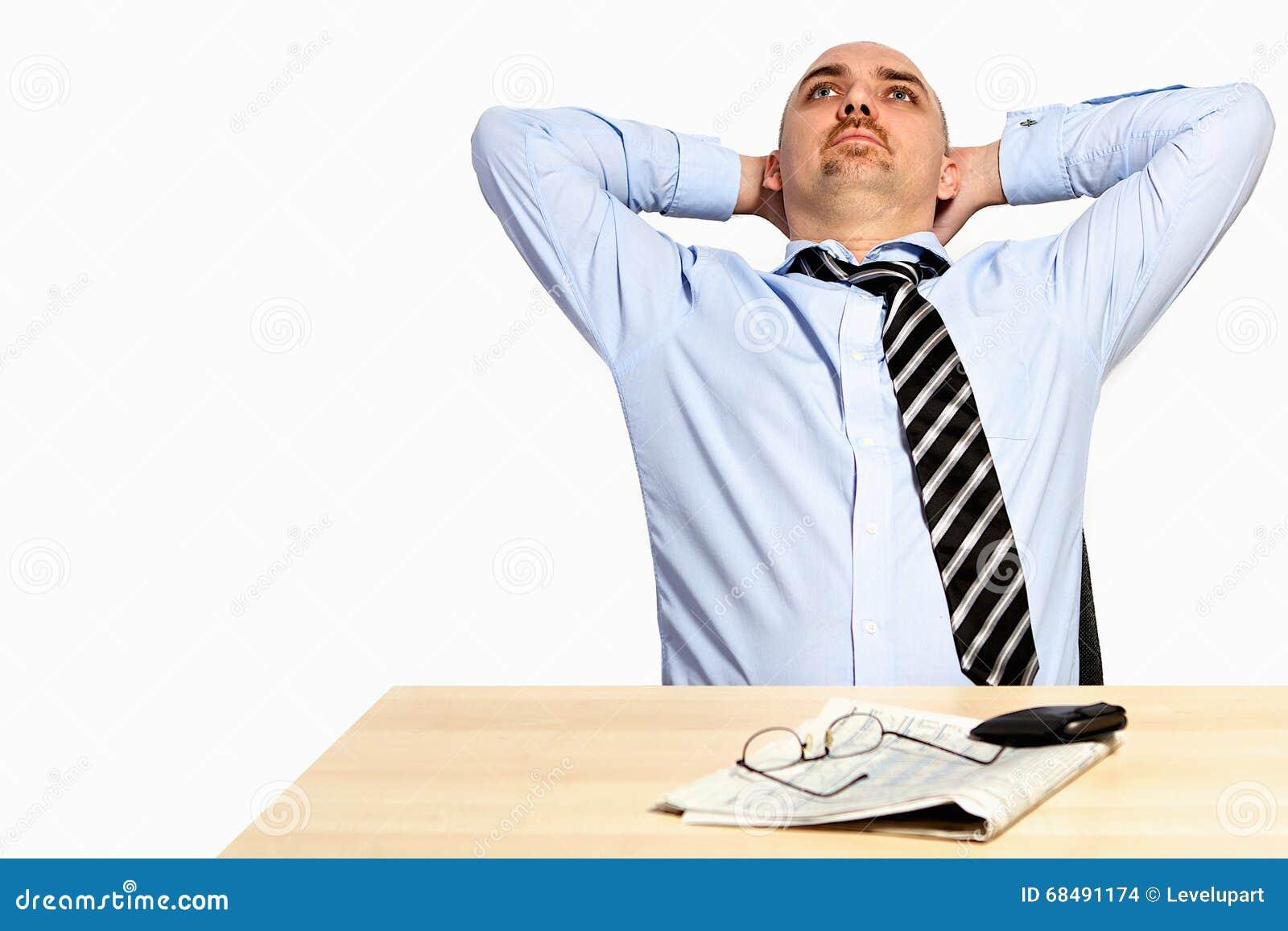 O gerente inclina para trás relaxado
