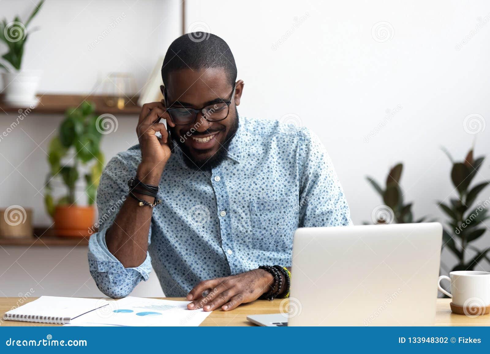 O gerente preto faz a chamada do negócio que fala com cliente