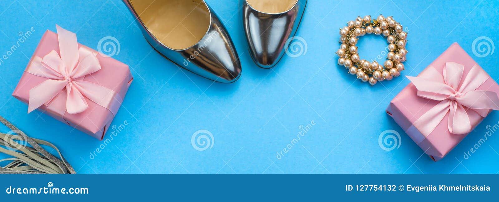 O grupo da bandeira de plano dos acessórios de forma coloca a cor da prata da joia da colar da bolsa das sapatas no espaço azul d