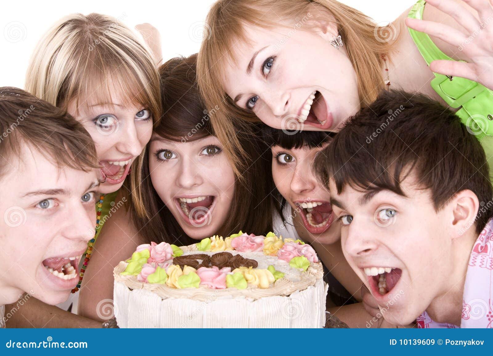 O grupo de adolescentes comemora o aniversário.