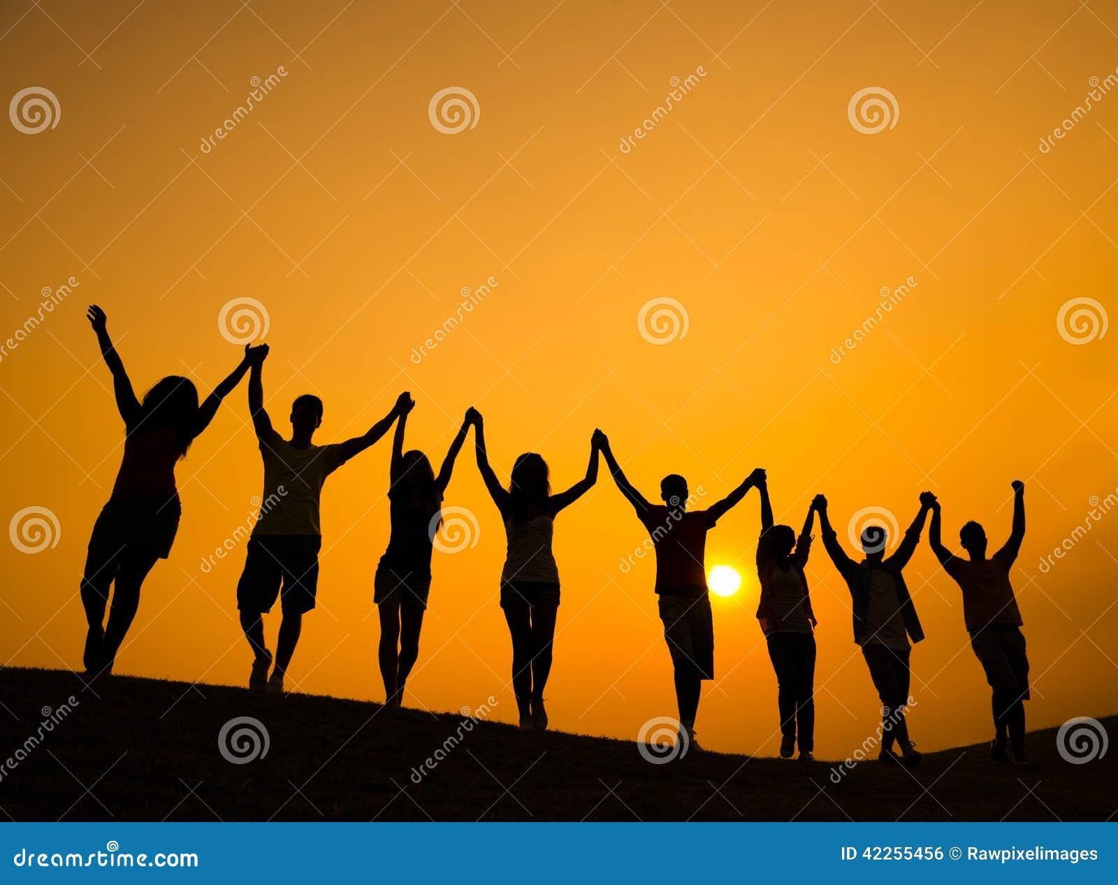 O grupo de adolescentes que guardam as mãos e comemora no Lit traseiro